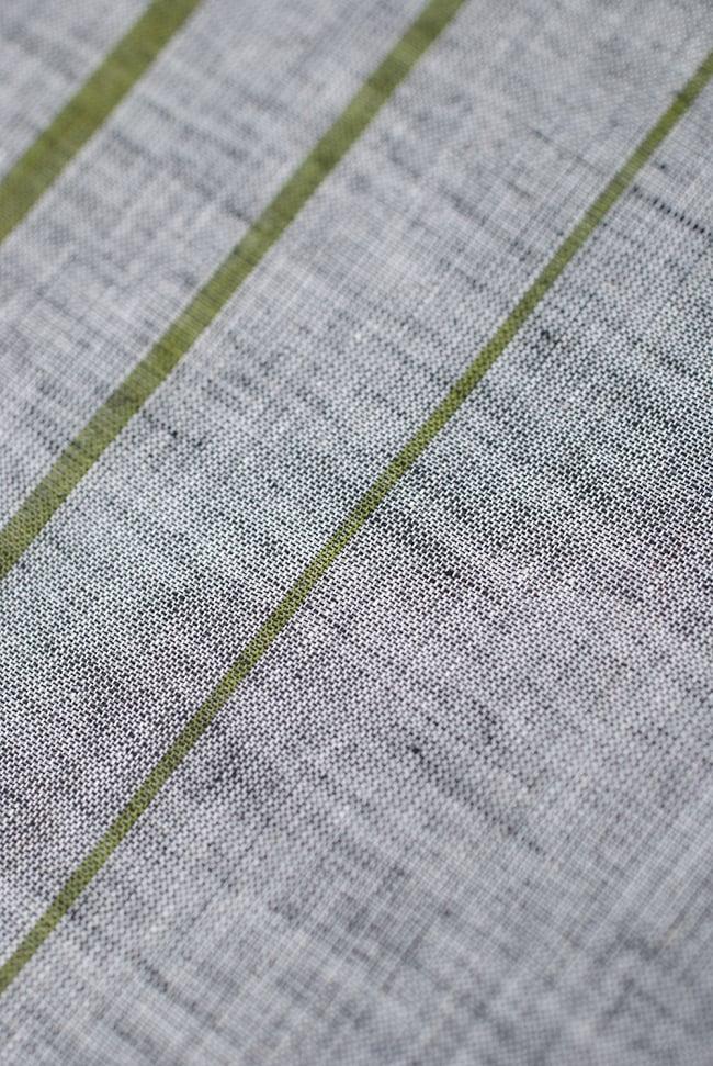 〔1m切り売り〕南インドのハーフボーダー・シンプル・コットン生地 -  - グレー×黄緑 ゴールドザリ〔幅約108cm〕の写真