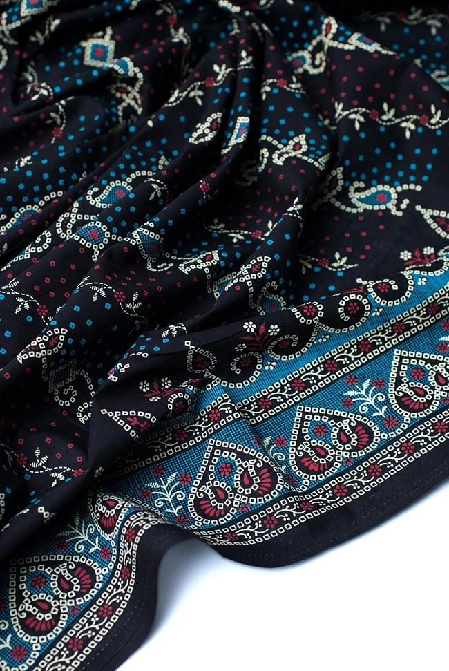 〔1m切り売り〕インドのバンディニ風プリント布 - 黒〔幅約105cm〕の写真4 - 陰影をつけるととても素敵な色合いですね。