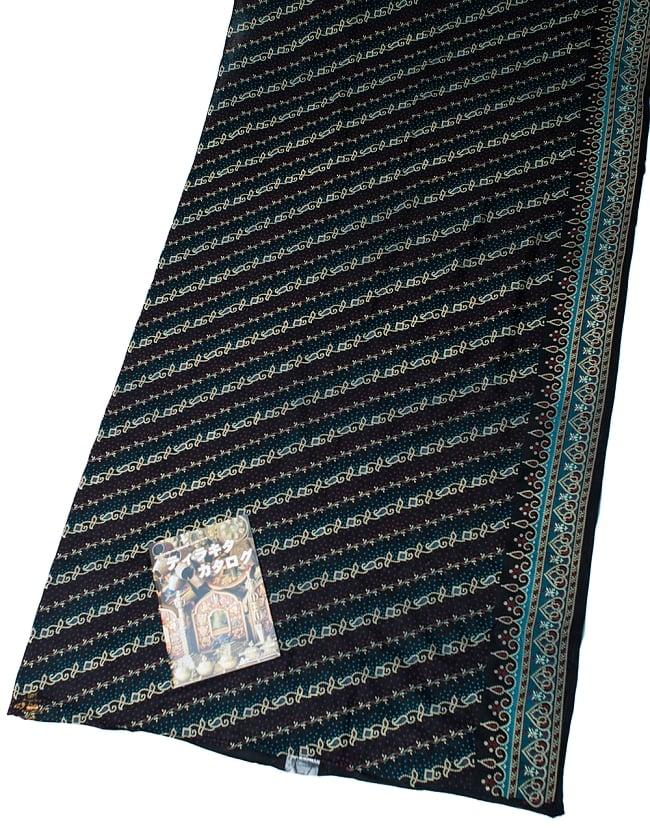 〔1m切り売り〕インドのバンディニ風プリント布 - 黒〔幅約105cm〕の写真6 - A4の冊子と比べるとこれくらいの広がりになります。