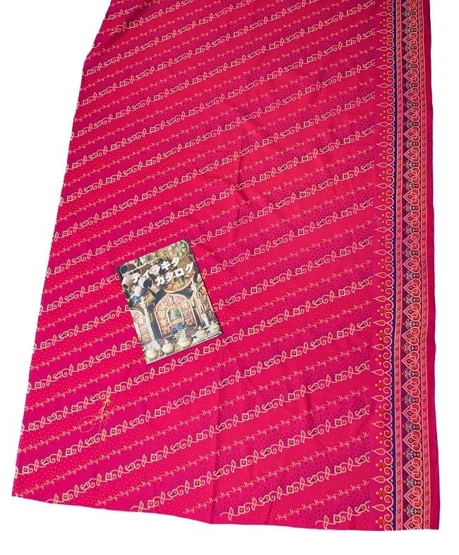 〔1m切り売り〕インドのバンディニ風プリント布 - ピンク〔幅約105cm〕 6 - A4の冊子と比べるとこれくらいの広がりになります。