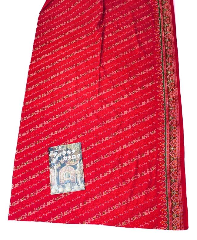 〔1m切り売り〕インドのバンディニ風プリント布 - 赤〔幅約105cm〕 6 - A4の冊子と比べるとこれくらいの広がりになります。