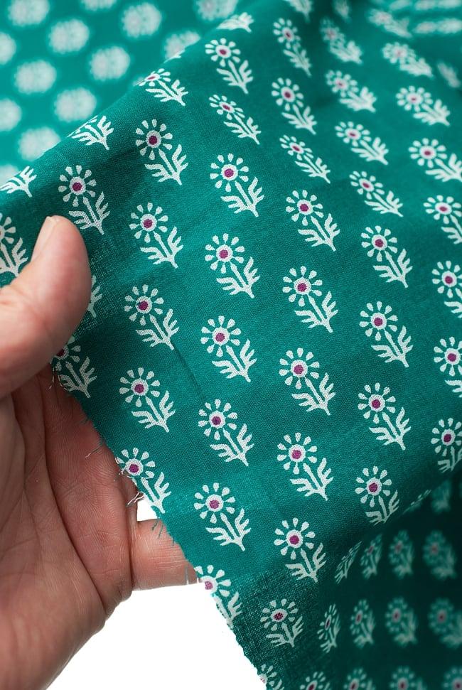 〔1m切り売り〕インドのウッドブロック風プリント布 - 青緑〔幅約107cm〕 5 - さまざまな手芸へ。想像が広がる布です。