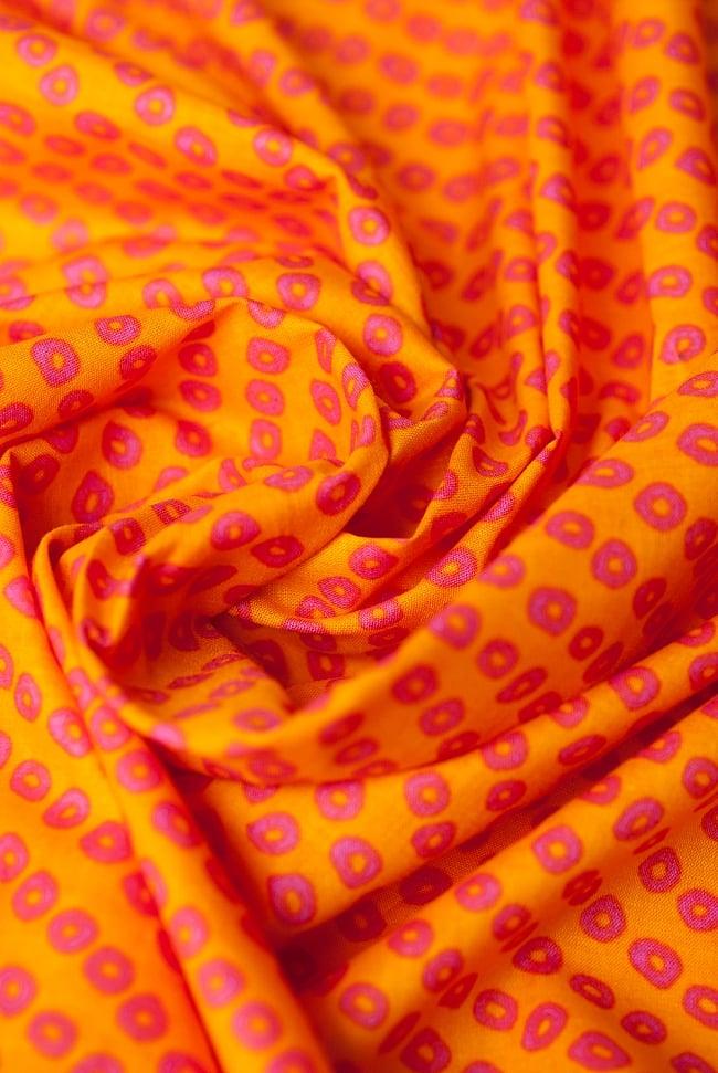 〔1m切り売り〕インドの絞り染め風プリント布 - 黄・オレンジ系〔幅約106cm〕の写真4 - 陰影をつけるととても素敵な色合いですね。