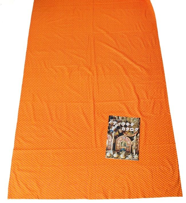 〔1m切り売り〕インドの絞り染め風プリント布 - 黄・オレンジ系〔幅約106cm〕の写真6 - A4の冊子と比べるとこれくらいの広がりになります。