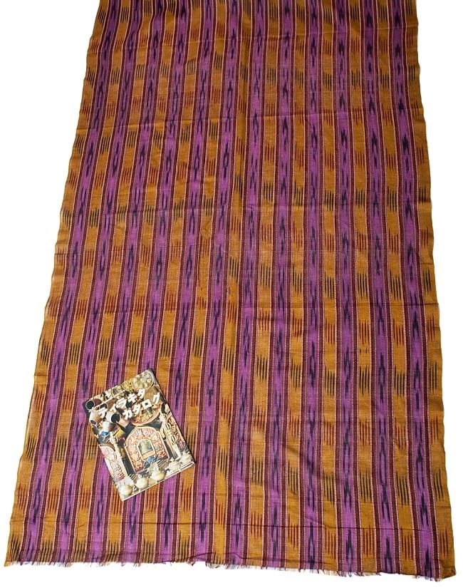 〔1m切り売り〕インドの絣織り布 〔幅約111cm〕 6 - A4の冊子と比べるとこれくらいの広がりになります。