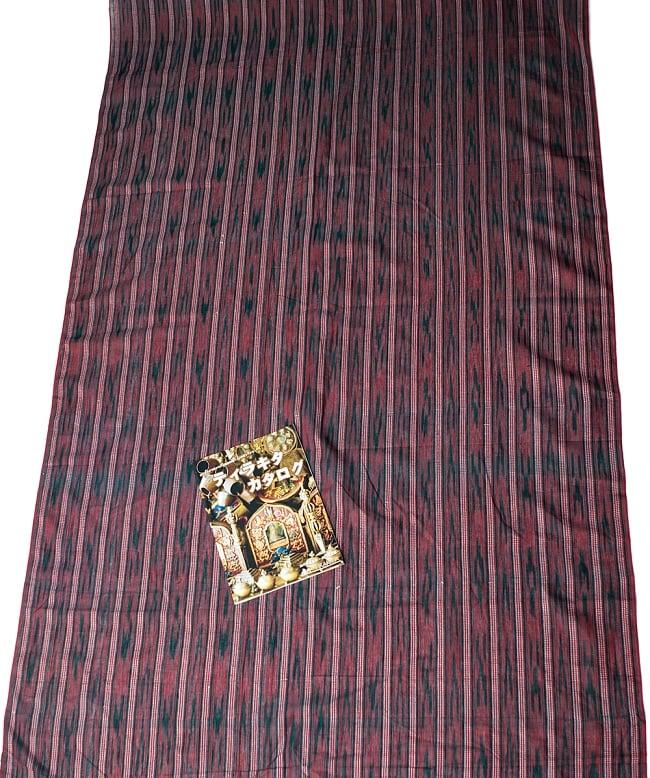 〔1m切り売り〕インドの絣織り布 〔幅約111cm〕の写真6 - A4の冊子と比べるとこれくらいの広がりになります。