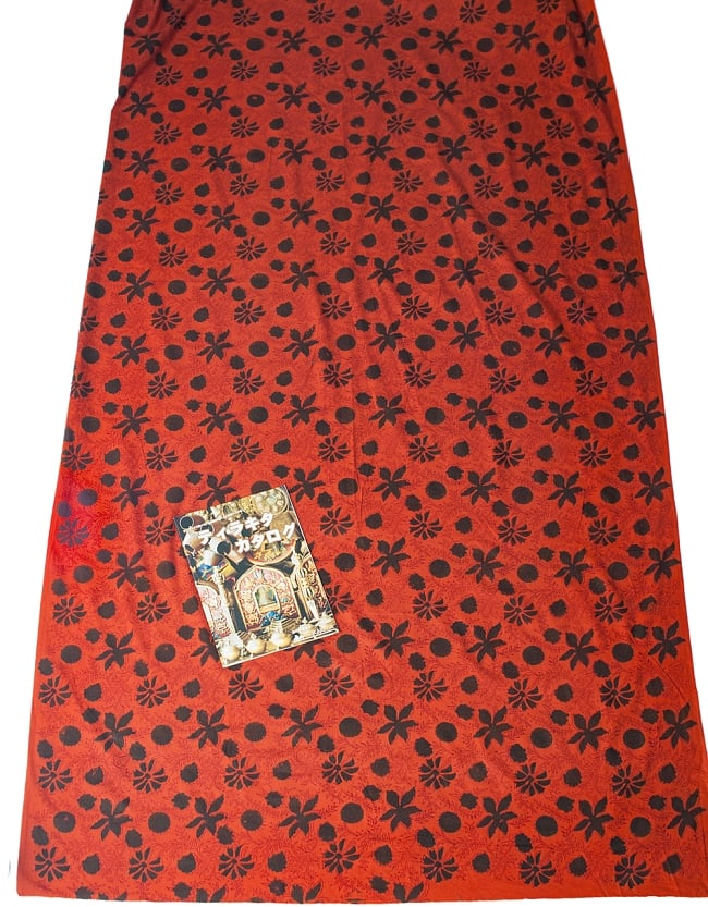 〔1m切り売り〕南インドの花柄コットン布〔幅約114cm〕 6 - A4の冊子と比べるとこれくらいの広がりになります。