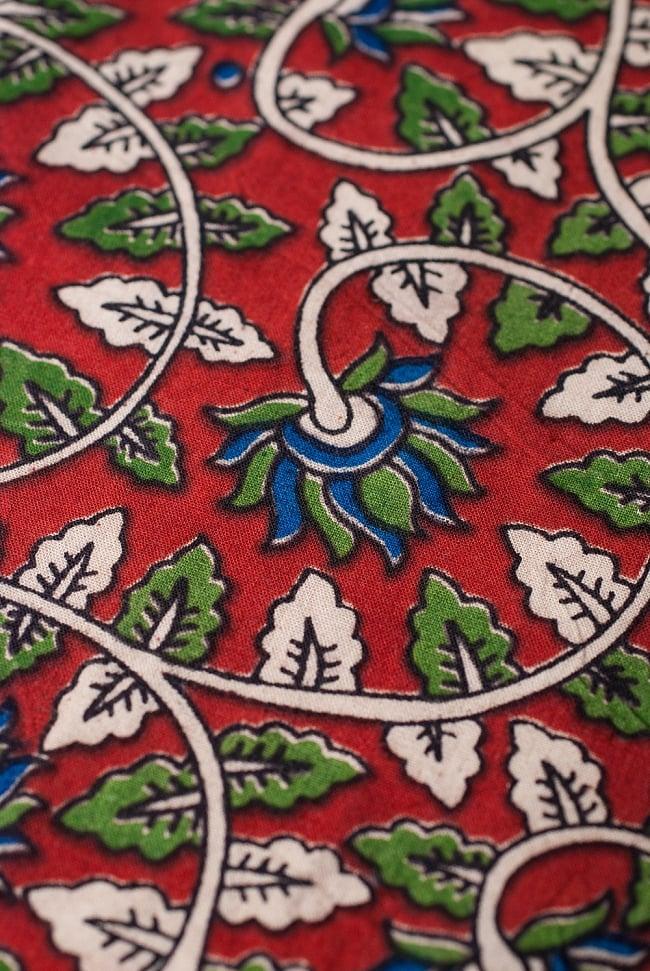 〔1m切り売り〕南インドの花柄コットン布〔幅約119cm〕の写真2 - 生地を近くからみてみました。