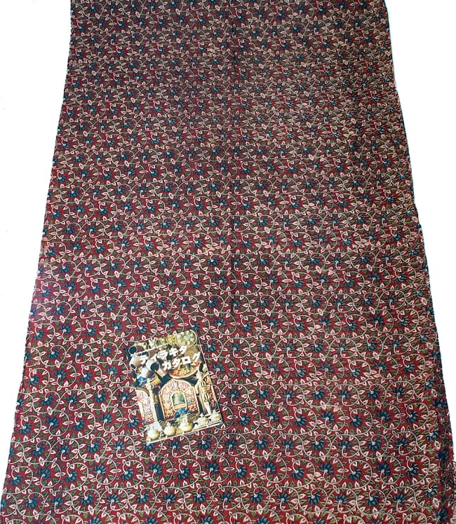 〔1m切り売り〕南インドの花柄コットン布〔幅約119cm〕の写真6 - A4の冊子と比べるとこれくらいの広がりになります。