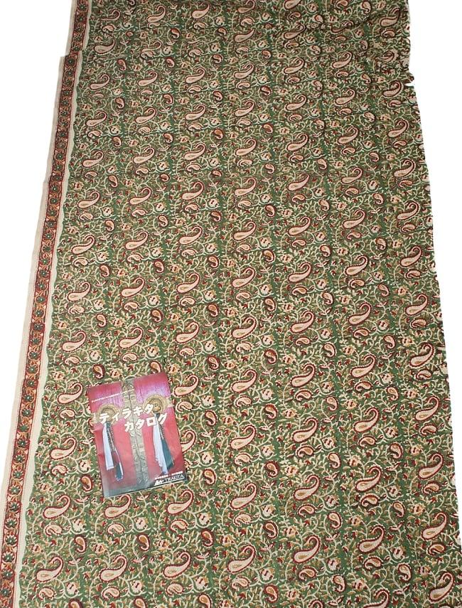 〔1m切り売り〕南インドの花柄コットン布〔幅約113cm〕の写真6 - A4の冊子と比べるとこれくらいの広がりになります。