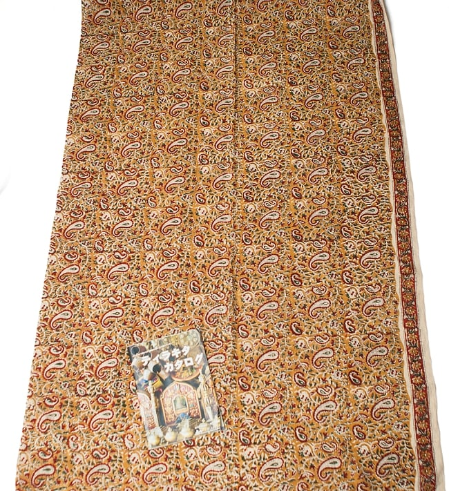 〔1m切り売り〕南インドの花柄コットン布〔幅約112cm〕の写真6 - A4の冊子と比べるとこれくらいの広がりになります。
