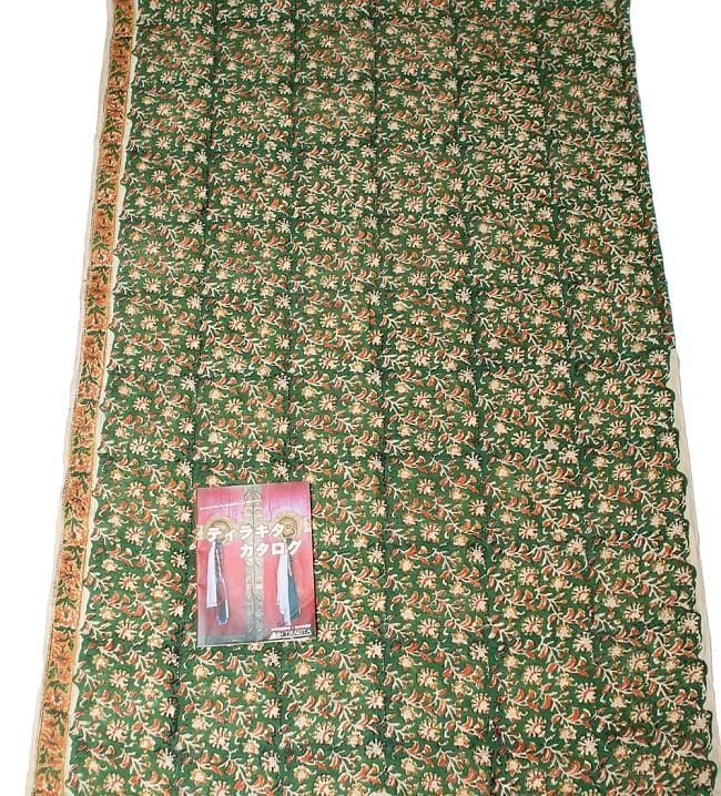 〔1m切り売り〕南インドの花柄コットン布〔幅約116cm〕の写真6 - A4の冊子と比べるとこれくらいの広がりになります。