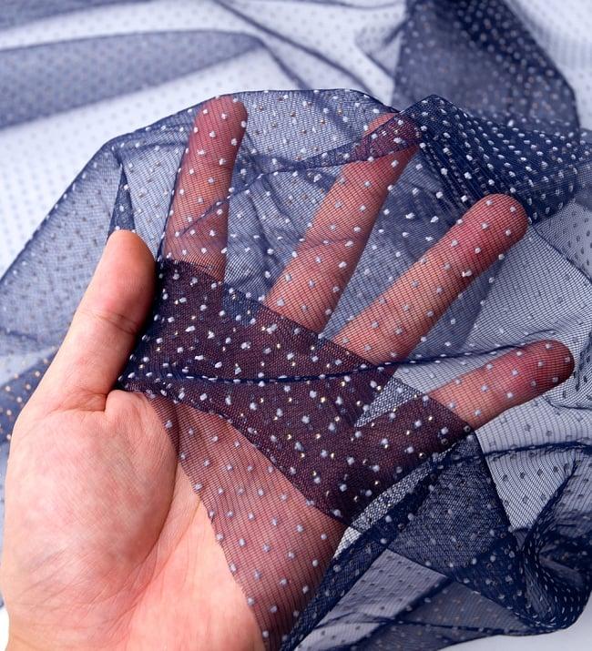 〔1m切り売り〕ゴールドドットプリントのメッシュ生地布〔106cm〕 - 紺の写真5 - このような感じの生地になります。手芸からデコレーション用の布などなど、色々な用途にご使用いただけます!