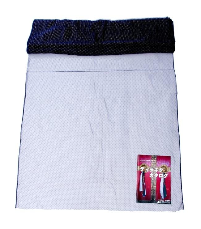 〔1m切り売り〕ゴールドドットプリントのメッシュ生地布〔106cm〕 - 紺の写真6 - 布を広げてみたところです。横幅もしっかり大きなサイズ。布の上に置かれているのはサイズ比較用の当店A4サイズカタログです。