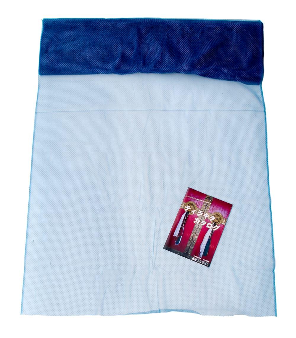〔1m切り売り〕ゴールドドットプリントのメッシュ生地布〔106cm〕 - ベージュ 6 - 色違いの布を広げてみたところです。横幅もしっかり大きなサイズ。布の上に置かれているのはサイズ比較用の当店A4サイズカタログです。