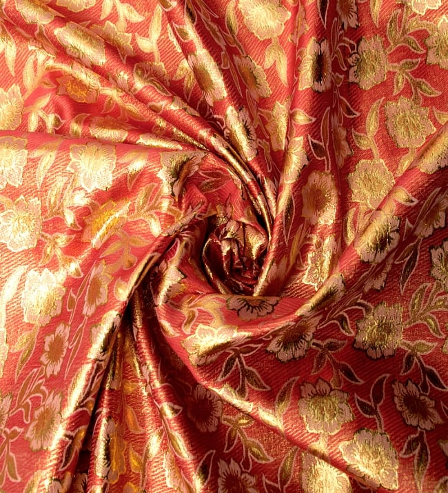 〔1m切り売り〕インドの金糸入り伝統模様布〔114cm〕 - サーモンピンク 3 - 布をくるりと渦のようにしてみたところです。