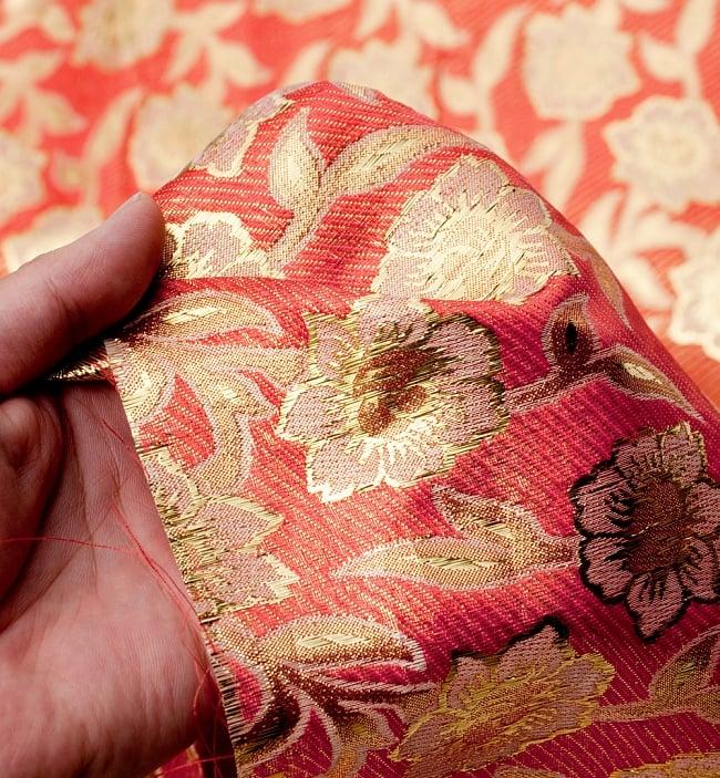 〔1m切り売り〕インドの金糸入り伝統模様布〔114cm〕 - サーモンピンク 5 - このような感じの生地になります。手芸からデコレーション用の布などなど、色々な用途にご使用いただけます!