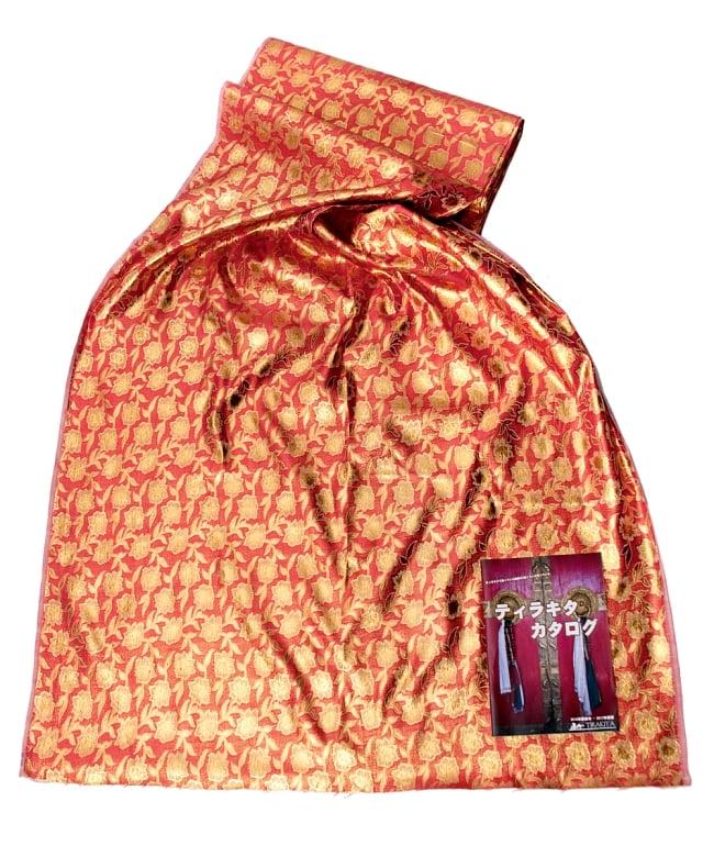 〔1m切り売り〕インドの金糸入り伝統模様布〔114cm〕 - サーモンピンク 6 - 布を広げてみたところです。横幅もしっかり大きなサイズ。布の上に置かれているのはサイズ比較用の当店A4サイズカタログです。