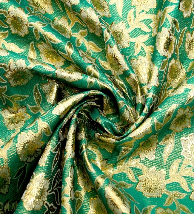 〔1m切り売り〕インドの金糸入り伝統模様布〔113cm〕 - グリーンの写真3 - 布をくるりと渦のようにしてみたところです。