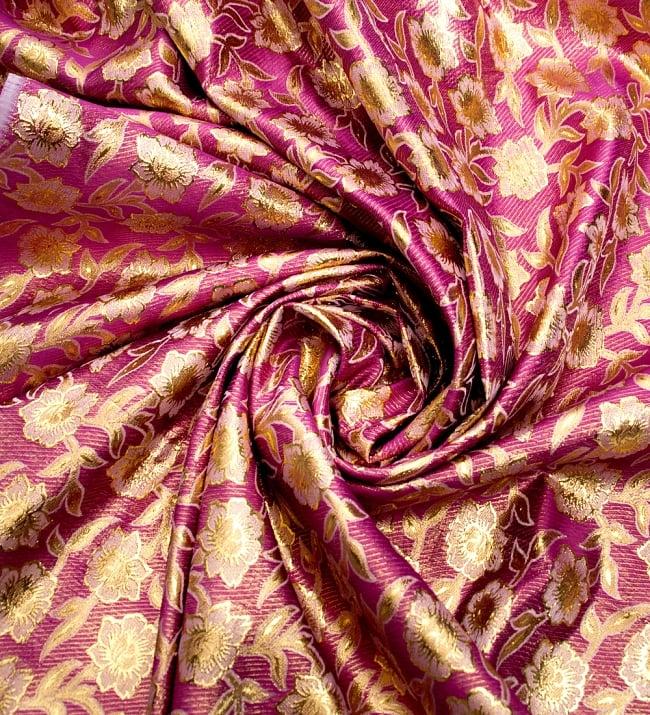 〔1m切り売り〕インドの金糸入り伝統模様布〔103cm〕 - パープルの写真3 - 布をくるりと渦のようにしてみたところです。