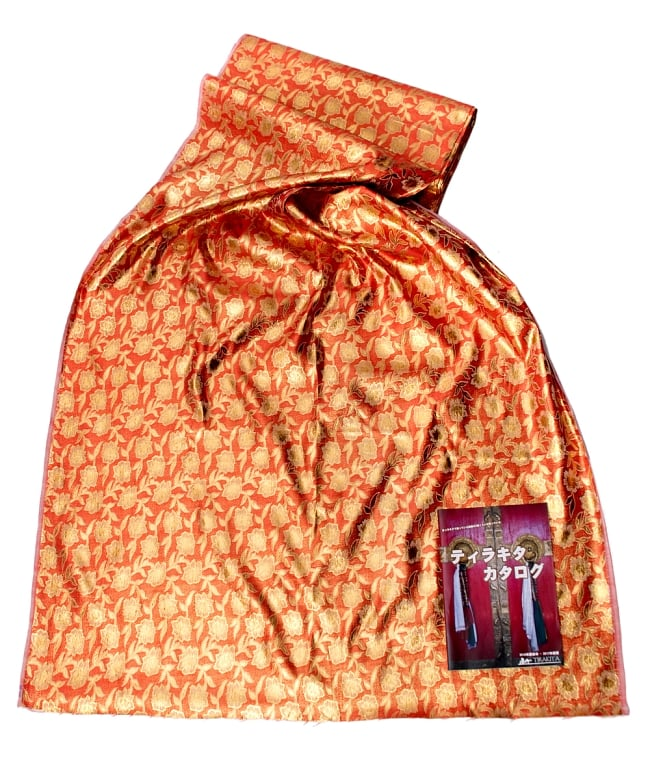 〔1m切り売り〕インドの金糸入り伝統模様布〔103cm〕 - パープル 6 - 色違いの布を広げてみたところです。横幅もしっかり大きなサイズ。布の上に置かれているのはサイズ比較用の当店A4サイズカタログです。