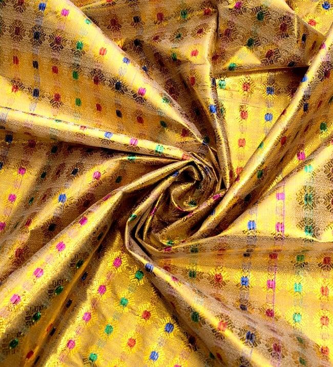 〔1m切り売り〕インドの金糸入り伝統模様布〔102cm〕 - イエロー 3 - 布をくるりと渦のようにしてみたところです。