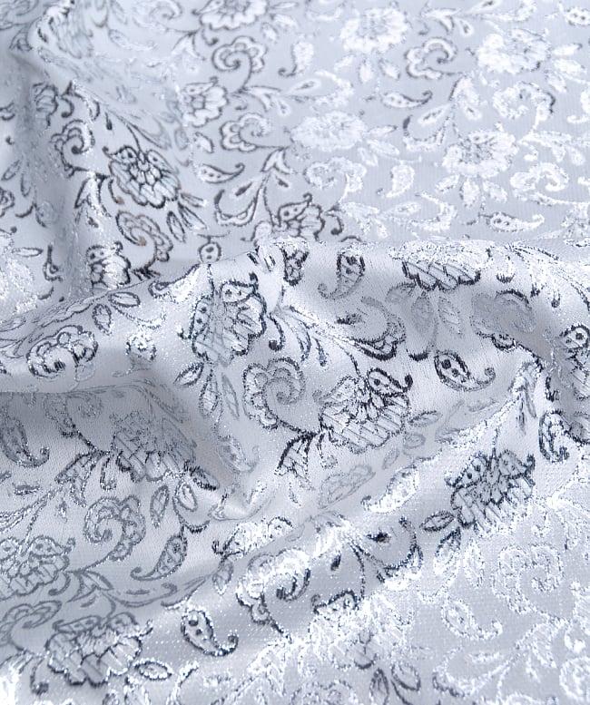 〔1m切り売り〕インドの銀糸入り伝統模様布〔109cm〕 - ホワイトの写真2 - 拡大写真です。独特な雰囲気があります。