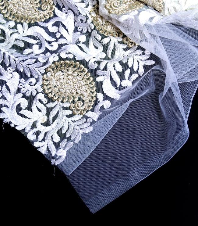 〔50cm切り売り〕ペイズリーと更紗のメッシュ生地布〔108cm〕 - ホワイトの写真4 - フチの写真です