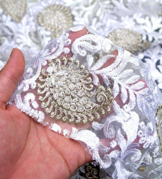 〔50cm切り売り〕ペイズリーと更紗のメッシュ生地布〔108cm〕 - ホワイトの写真5 - このような感じの生地になります。手芸からデコレーション用の布などなど、色々な用途にご使用いただけます!
