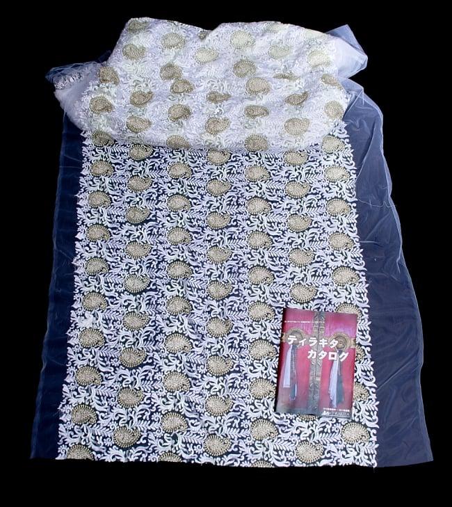〔50cm切り売り〕ペイズリーと更紗のメッシュ生地布〔108cm〕 - ホワイトの写真6 - 布を広げてみたところです。横幅もしっかり大きなサイズ。布の上に置かれているのはサイズ比較用の当店A4サイズカタログです。