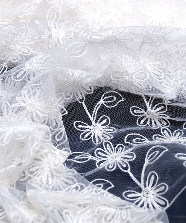 〔50cm切り売り〕フラワー刺繍のメッシュ生地布〔120cm〕 - ホワイト 2 - 拡大写真です。独特な雰囲気があります。