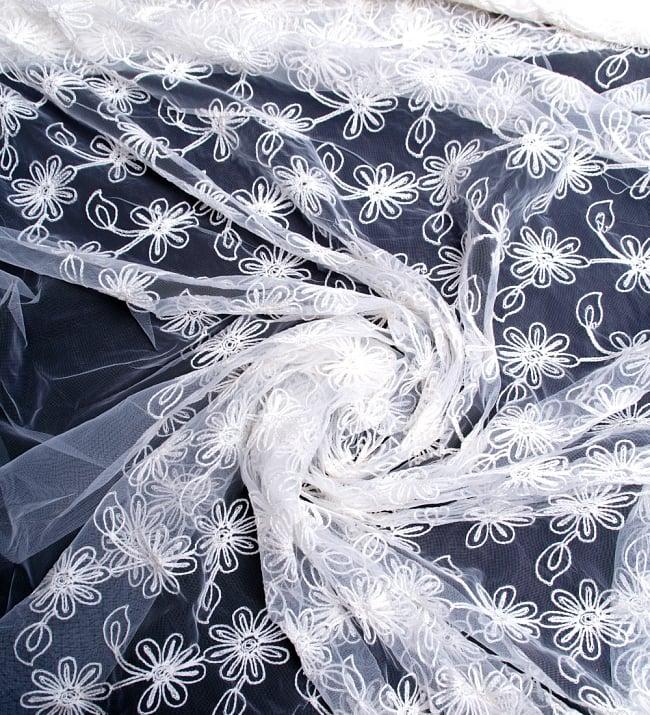 〔50cm切り売り〕フラワー刺繍のメッシュ生地布〔120cm〕 - ホワイト 3 - 布をくるりと渦のようにしてみたところです。