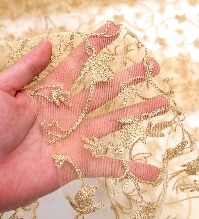 〔50cm切り売り〕更紗刺繍のメッシュ生地布〔105cm〕 - ベージュの写真5 - このような感じの生地になります。手芸からデコレーション用の布などなど、色々な用途にご使用いただけます!