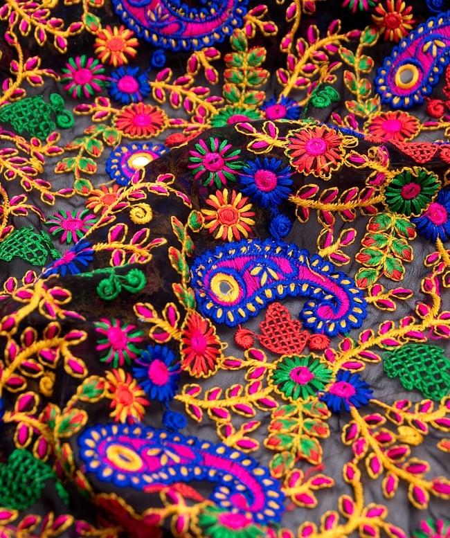 〔50cm切り売り〕更紗とペイズリー刺繍のメッシュ生地布〔101cm〕 - カラフルの写真2 - 拡大写真です。独特な雰囲気があります。