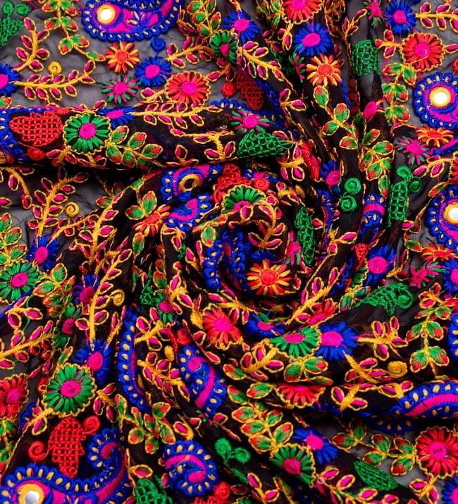 〔50cm切り売り〕更紗とペイズリー刺繍のメッシュ生地布〔101cm〕 - カラフルの写真3 - 布をくるりと渦のようにしてみたところです。