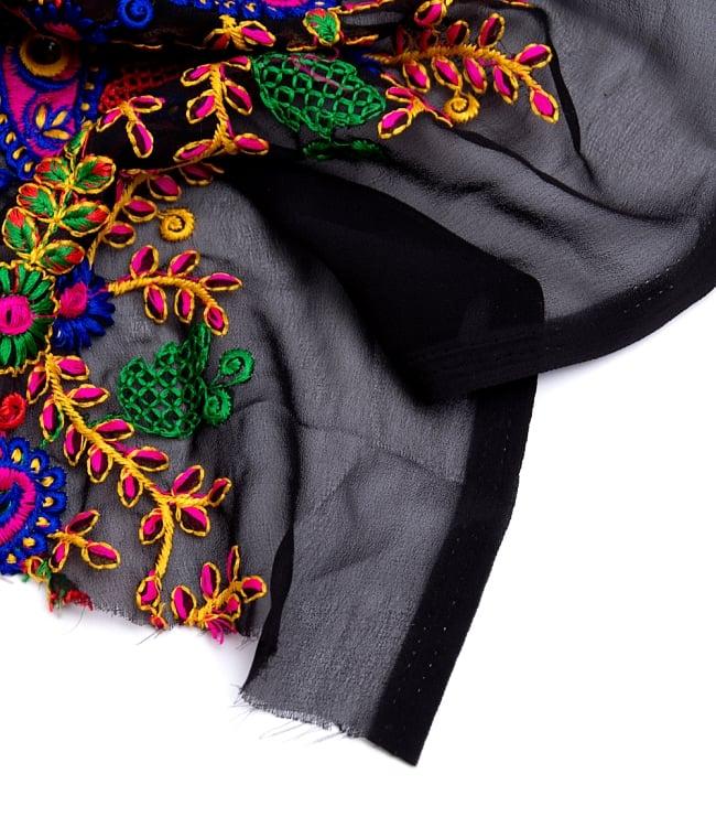 〔50cm切り売り〕更紗とペイズリー刺繍のメッシュ生地布〔101cm〕 - カラフルの写真4 - フチの写真です