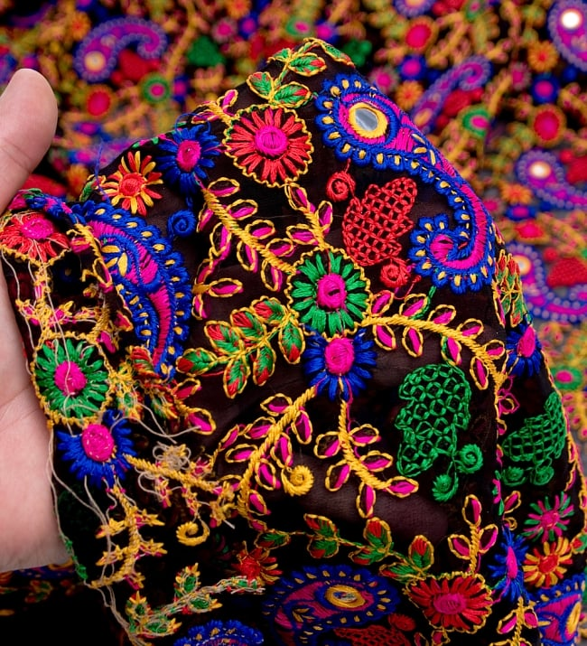 〔50cm切り売り〕更紗とペイズリー刺繍のメッシュ生地布〔101cm〕 - カラフルの写真5 - このような感じの生地になります。手芸からデコレーション用の布などなど、色々な用途にご使用いただけます!