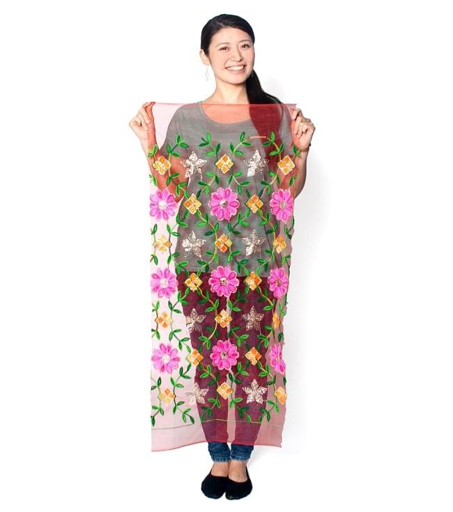 〔50cm切り売り〕更紗とペイズリー刺繍のメッシュ生地布〔101cm〕 - カラフルの写真7 - 類似品の『【MB-RSCLTH-305】〔50cm切り売り〕レース生地の刺繍とスパンコールクロス〔幅約110cm〕 - 赤』を、50cmカットして、モデルさんに持ってもらった写真です。横幅が大きい布なので、50cmの長さでもご覧の通り大きく色々な用途に使えそうです。ご注文個数に応じた長さにカットしてお送りいたします。