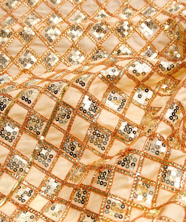 〔50cm切り売り〕インドのスパンコールクロス〔108cm〕 - ベージュの写真2 - 拡大写真です。独特な雰囲気があります。