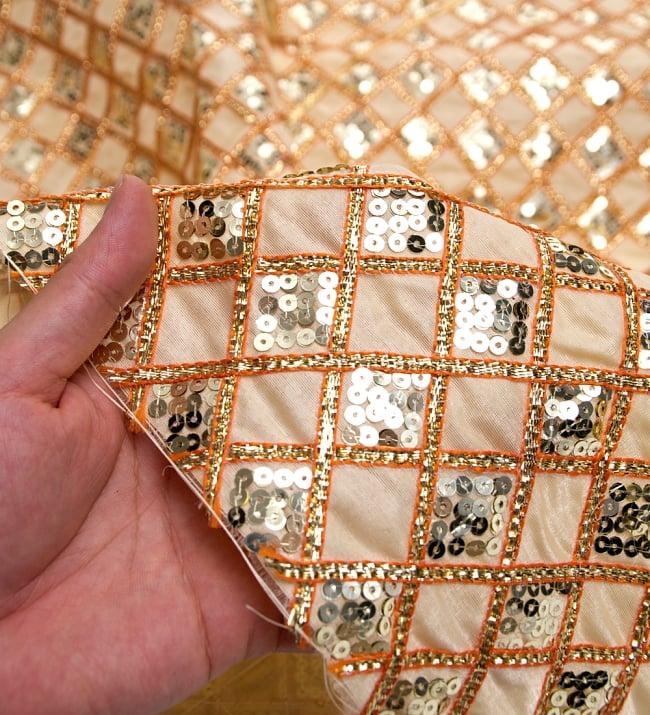 〔50cm切り売り〕インドのスパンコールクロス〔108cm〕 - ベージュの写真5 - このような感じの生地になります。手芸からデコレーション用の布などなど、色々な用途にご使用いただけます!