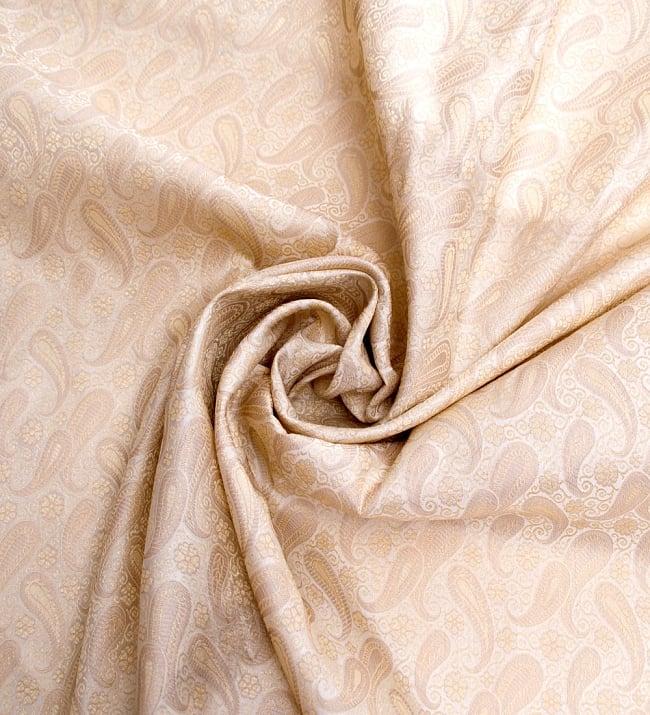 〔1m切り売り〕インドの伝統模様布〔106cm〕 - クリーム 3 - 布をくるりと渦のようにしてみたところです。