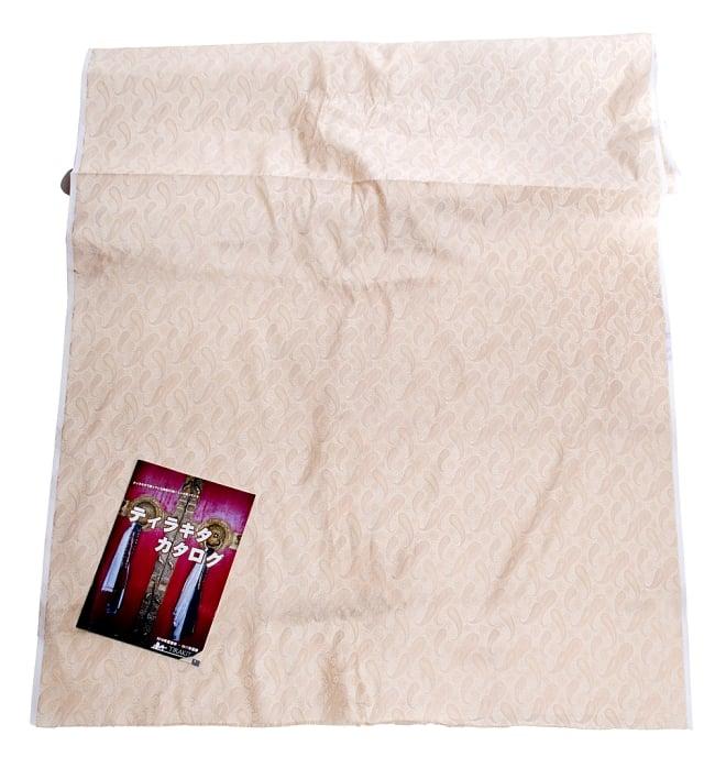 〔1m切り売り〕インドの伝統模様布〔106cm〕 - クリーム 6 - 布を広げてみたところです。横幅もしっかり大きなサイズ。布の上に置かれているのはサイズ比較用の当店A4サイズカタログです。