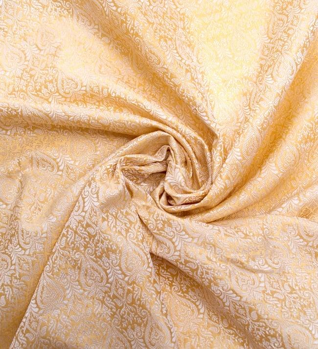 〔1m切り売り〕インドの伝統模様布〔110cm〕 - ゴールドの写真3 - 布をくるりと渦のようにしてみたところです。