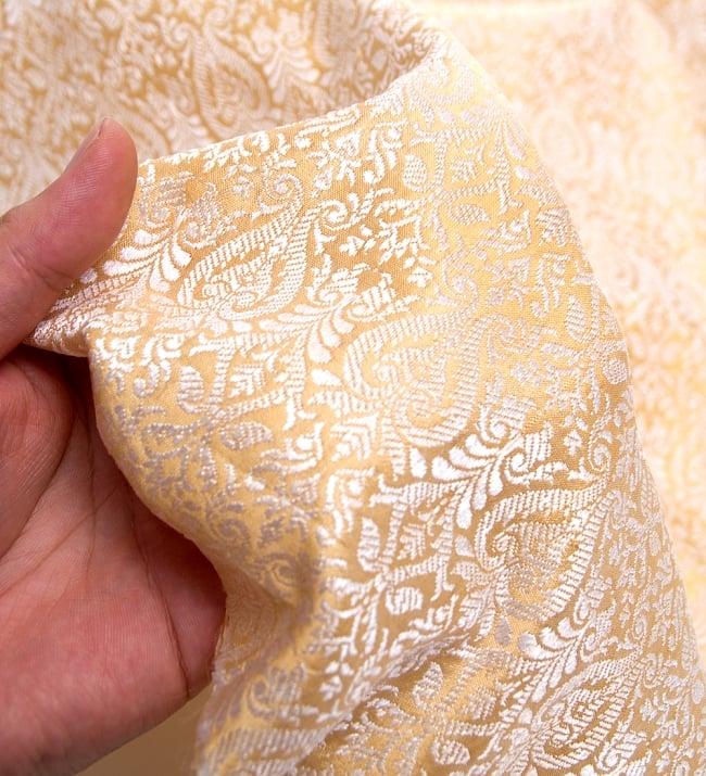 〔1m切り売り〕インドの伝統模様布〔110cm〕 - ゴールドの写真5 - このような感じの生地になります。手芸からデコレーション用の布などなど、色々な用途にご使用いただけます!