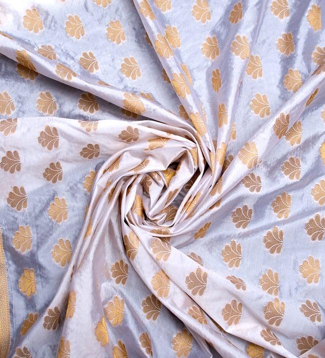 〔1m切り売り〕インドの伝統模様布〔115cm〕 - ホワイトの写真3 - 布をくるりと渦のようにしてみたところです。