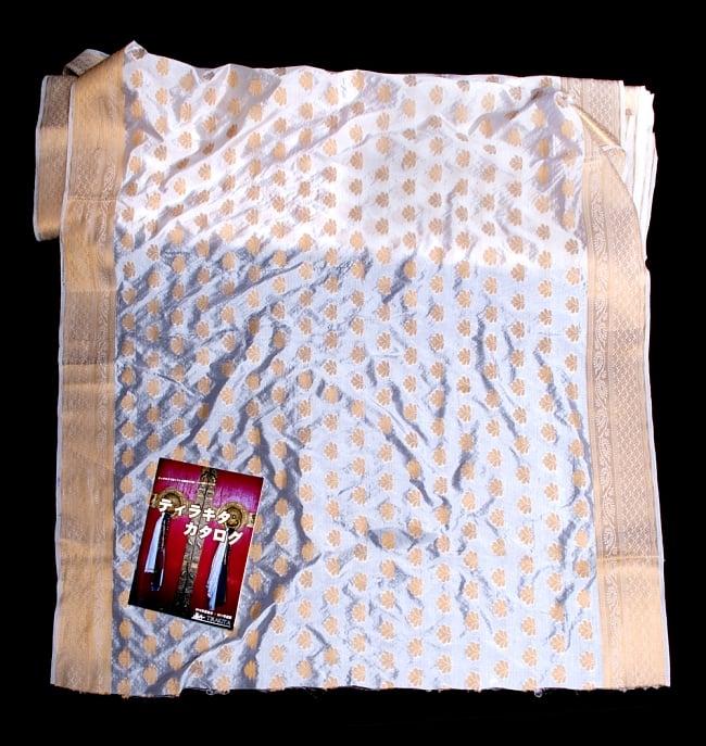 〔1m切り売り〕インドの伝統模様布〔115cm〕 - ホワイトの写真6 - 布を広げてみたところです。横幅もしっかり大きなサイズ。布の上に置かれているのはサイズ比較用の当店A4サイズカタログです。