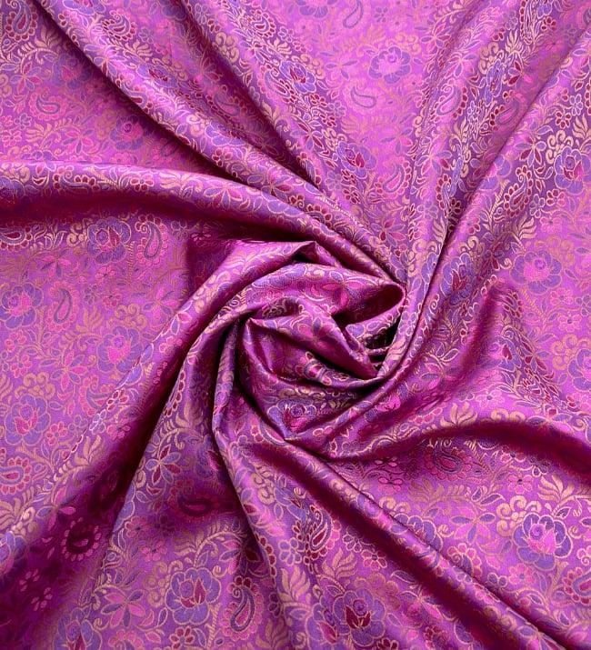 〔1m切り売り〕インドの伝統模様布〔114cm〕 - 赤紫の写真3 - 布をくるりと渦のようにしてみたところです。