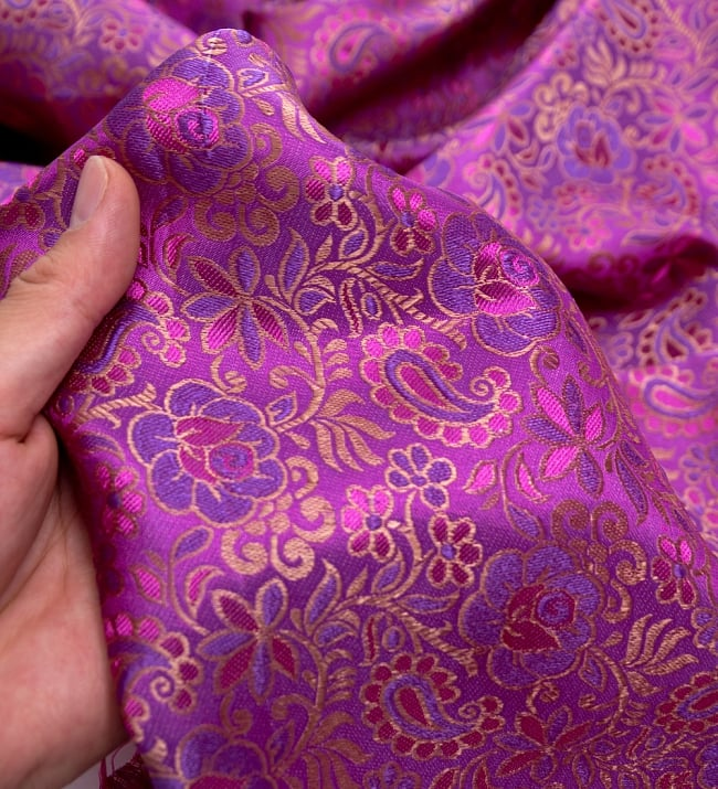 〔1m切り売り〕インドの伝統模様布〔114cm〕 - 赤紫の写真5 - このような感じの生地になります。手芸からデコレーション用の布などなど、色々な用途にご使用いただけます!