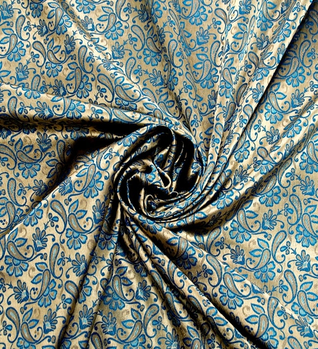 〔1m切り売り〕インドの伝統模様布〔93cm〕 - ゴールドとブルーの写真3 - 布をくるりと渦のようにしてみたところです。
