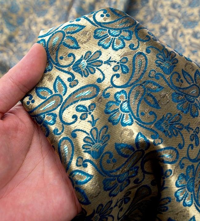 〔1m切り売り〕インドの伝統模様布〔93cm〕 - ゴールドとブルーの写真5 - このような感じの生地になります。手芸からデコレーション用の布などなど、色々な用途にご使用いただけます!
